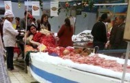 الاتحاد العربي للنقابات يستنكر عرض فتاة بمنصة لبيع الأسماك في تونس